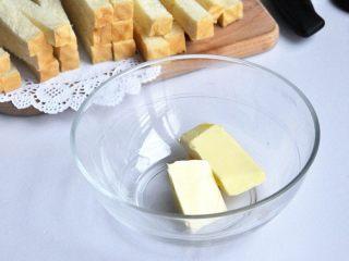 黄油椰蓉吐司条, 黄油隔温水融化或者放微波炉里融化。