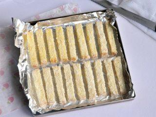 黄油椰蓉吐司条,放入烤盘中,为了好清洗,可垫一层油纸或者锡纸。