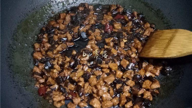 香菇肉酱意面,放入香菇,大火烧开转中小火;食材都熟了之后,大火收汁;尝尝咸淡,调入适量盐;关火,起锅;