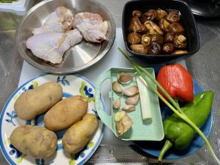 土豆香菇焖鸡,食材合照:琵琶腿一斤,土豆300g,干香菇一把提前温水泡发2小时,蒜五六瓣,姜一块,葱白一段,小葱一根,红椒一个,青尖椒一根