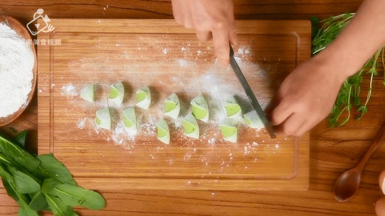 豌豆苗树叶饺子,把美食吃出艺术感,面板上撒少许面粉,将面团搓成长条,滚刀切剂子