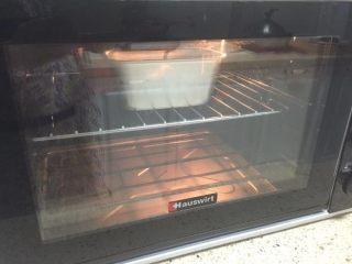 蔓越莓磅蛋糕,烤箱180度预热5分钟,烤制30-40分钟,烤至蛋糕表面上色即可。