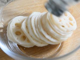 这样的洋葱莲藕你吃过嘛——莲花洋葱,藕沥干水分放入适量的盐、香油,拌匀备用