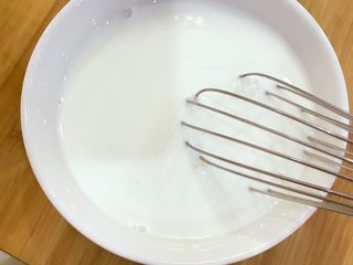 宝宝辅食:自制酸奶-12M+ ,倒入牛奶和酸奶菌粉,充分搅拌让菌种均匀融入牛奶里。 》也可以提前把牛奶隔水放40度左右温水里温一下,带点温度,发酵效果会更好。