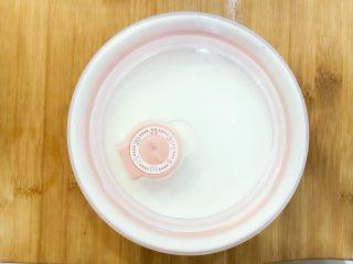 宝宝辅食:自制酸奶-12M+ ,盖上盖子,小芽用了盖子,但更建议用保鲜膜封口哈。