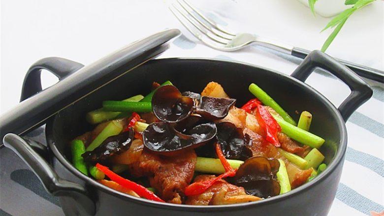 五花肉炒蒜薹,装盘,美味即享