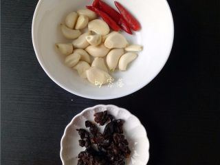 蒜香腊排骨,备好其他调料:大蒜,小米辣洗净,再备好豆豉;