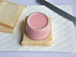 口袋三明治, 取一个比吐司更小的碗,重重的扣在吐司上面,确保压紧后,再用小刀割去边角料。