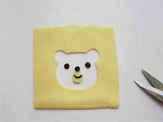 小熊奶酪包饭趣味便当,奶酪片用小刀画出一个小熊的头部、海苔剪出眼睛等