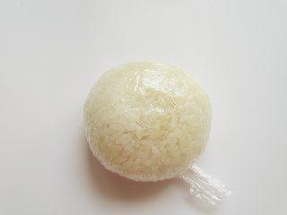 小熊奶酪包饭趣味便当,拧起来团成一个扁扁的球形