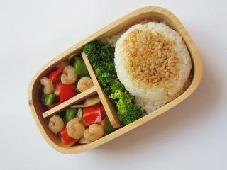 小熊奶酪包饭趣味便当,将饭菜整齐码放在饭盒中,饭团上部用炒菜的菜汁涂抹下