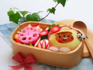 小熊奶酪包饭趣味便当,藕花也可以放在上面做装饰,也很好看的