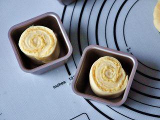 淡奶油椰蓉面包卷,将面包卷生胚放入阳晨方形单杯模具中,切面朝上,放入烤箱进行第二次发酵30分钟37度(发酵至9成模就可以了,因此我缩短了二发的时间。)