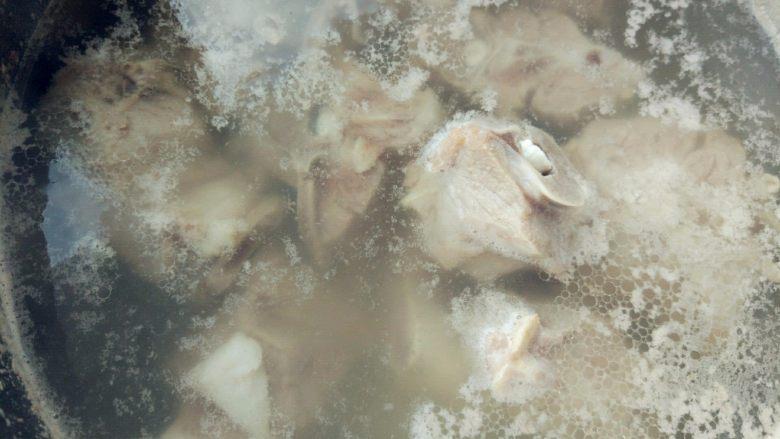 红烧羊蝎子,重新入冷水中,煮沸,漂去浮沫,用温热的水冲洗干净。此时不要用冷水,会使肉质突然紧缩,变老变硬。