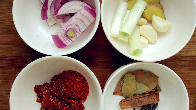 红烧羊蝎子,给羊蝎子焯水的同时,准备好其他材料。我用的是六月鲜的鲜椒酱,也可以用郫县豆瓣辣酱,或者其他个人喜欢的酱料。