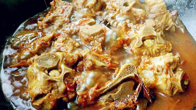 红烧羊蝎子,熟透后,打开锅盖,大火收汁