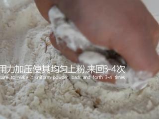 有秘方!又香又脆的香辣脆皮鸡翅,用手用力按压使其均匀上粉,来回3-4次