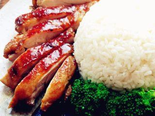 日式照烧鸡腿饭,剩余的照烧汁加热,浇在鸡腿上即可