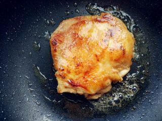 日式照烧鸡腿饭,两面都煎至焦黄