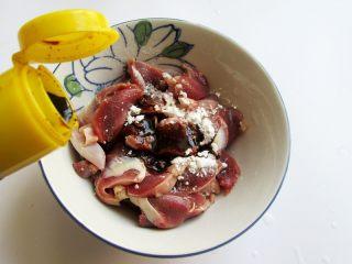 香辣豆角爆鸡胗,将鸡胗加入少许淀粉、生抽、老抽、料酒抓匀腌渍一会儿