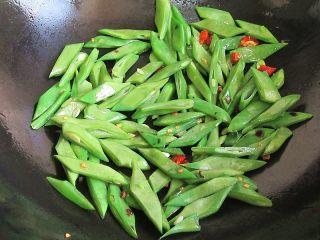 香辣豆角爆鸡胗,倒入豆角干炒,炒至变色九分熟