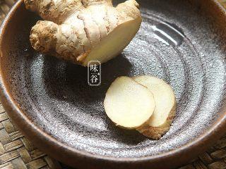 苹果梨子汤,切好两片姜片待用。