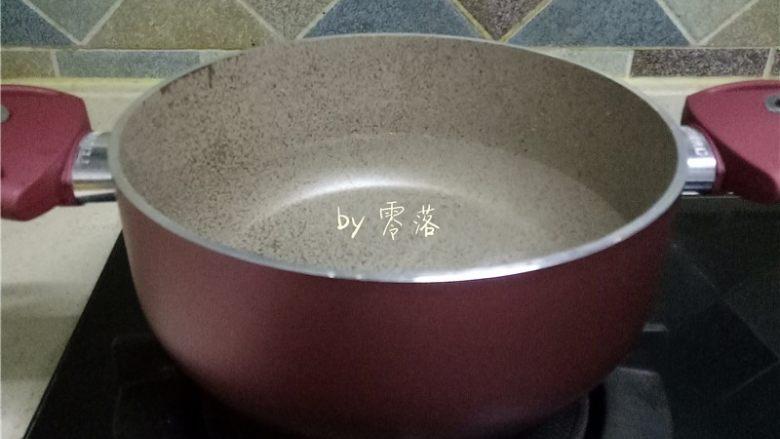 凉拌土豆片,煮锅调入适量清水;
