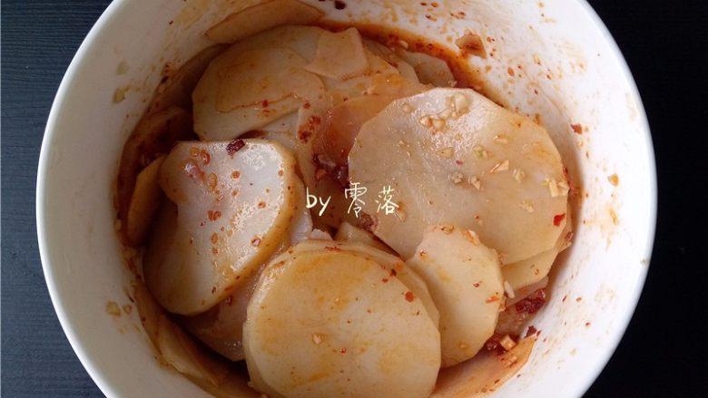 凉拌土豆片,淋上第二步的调料,拌匀;