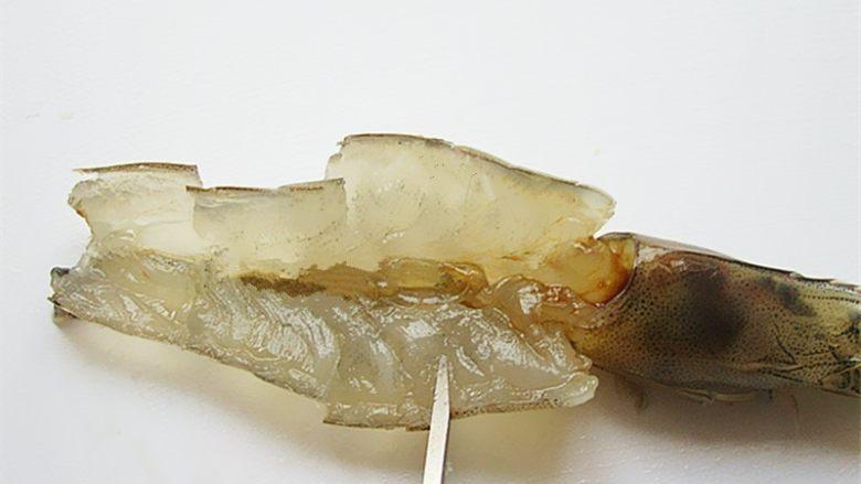 蒜蓉蒸虾,用剪刀将虾肉部分剪成四段,可以避免蒸制的时候收缩卷起来