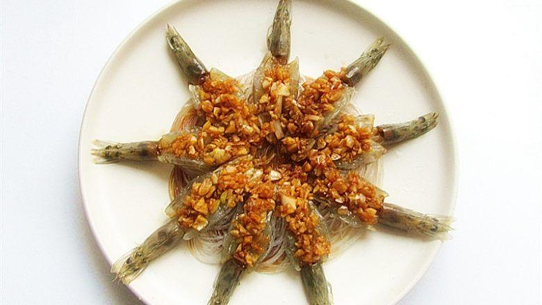 蒜蓉蒸虾,将熬好的汁浇在虾肚上,浇上汁料,放在锅中蒸10分钟