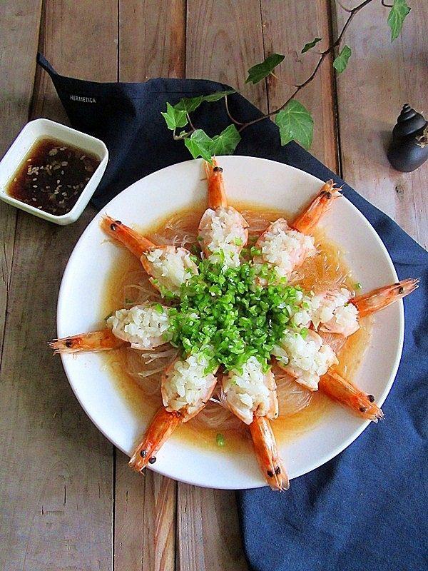蒜蓉蒸虾,蒸好的虾中间撒上青椒碎,这是第二次做的