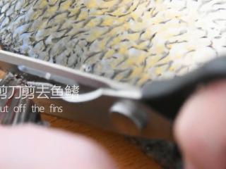 谁说厨神才会做,2分钟学会这道花开富贵鱼,用剪刀剪去鱼鳍