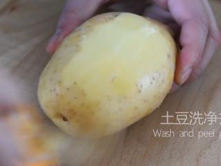 薯片厂家都急坏了,2分钟学会这款香辣薯片,土豆洗净去皮