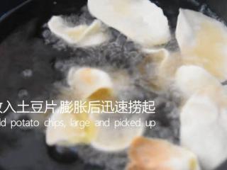 薯片厂家都急坏了,2分钟学会这款香辣薯片,转小火放入土豆片,膨胀后迅速捞起