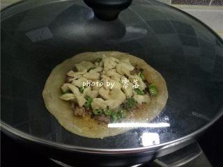 生椒鸭肉披萨,盖上盖子,煎至芝士融化;