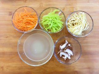 宝宝辅食:蒸素三丝-24M+,准备好所有食材,将莴笋、胡萝卜去皮洗净擦丝;千张用刀切细丝;香菇洗净去蒂切丁或薄片。 》没有擦丝器的也可以用刀切,但一定要切细哈
