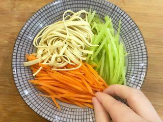 宝宝辅食:蒸素三丝-24M+,拿一个碗,底部放一些香菇,然后把莴笋丝、胡萝卜丝、千张丝沿着碗壁依次摆放,用手按紧一点哈。