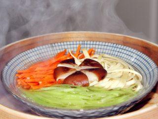 宝宝辅食:蒸素三丝-24M+,倒入提前准备好的肉汤/鸡汤,等会蒸的时候蔬菜还会出汁,一直加到能看到汤汁但不需要完全淹没食材。如果肉汤/鸡汤本身没什么味道的,此时可撒一点点
