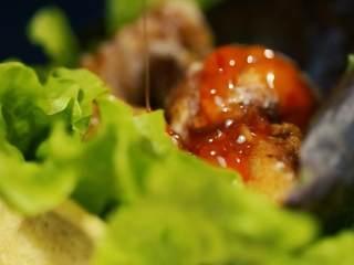 《食戟之灵》堇记炸鸡鸡肉卷,淋上泰式甜辣酱