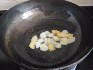 麻辣小龙虾,炒锅内放入适量的花生油,爆香蒜米和姜片