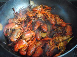 麻辣小龙虾,加入酱油和蚝油翻炒至完全变红
