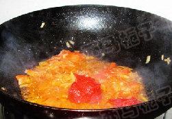 上汤番茄鸡翅火锅,煸炒至番茄成番茄酱状,再加入2勺番茄酱,小火炒出红油
