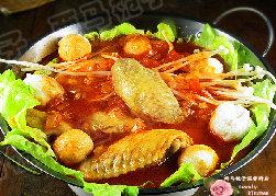上汤番茄鸡翅火锅,煮好的番茄鸡翅汤底,倒入小火锅中,加入自己喜欢的食材,就可以享受美食了