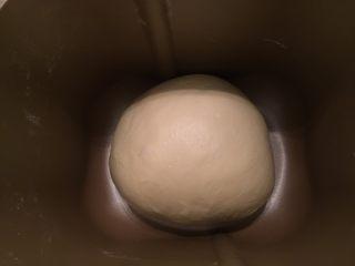 奶酪小餐包,将面包搓圆,放入面包机桶内进行一发