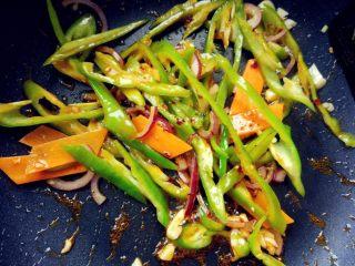 辣炒鸡胗,下尖椒和郫县豆瓣辣酱炒匀