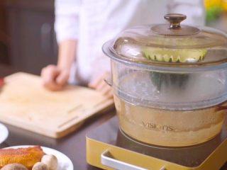 在家就能做的高檔傳統粵菜:白玉藏珍,冬瓜去瓤,涂上鹽和雞粉,蒸20分鐘。