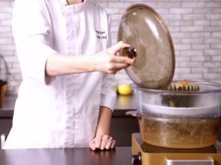 在家就能做的高檔傳統粵菜:白玉藏珍,將高湯和食材倒入冬瓜中,蒸10分鐘,精致完成~
