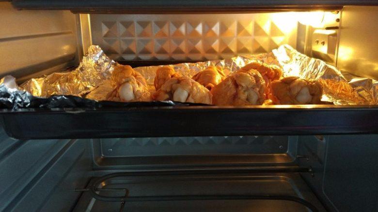 原味烤翅根,入烤箱上层,上下火200度烤5-10分钟,中途翻面补刷酱料即可