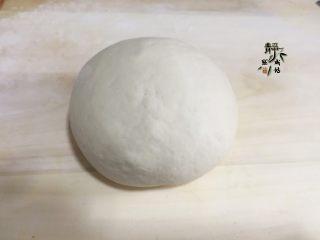 香葱鸡蛋饼,待其晾至不烫手,下手把它揉成光滑的面团并松弛上十几分钟