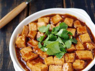 叉烧酱豆腐,起锅,撒香菜。